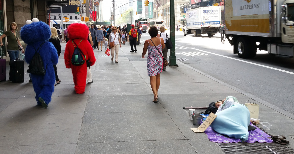 Woman on the street in New York | Russwurm